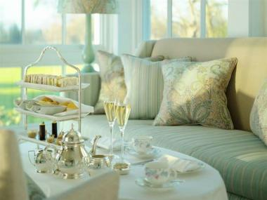 CHAMPAGNE AFTERNOON TEA FOR TWO IN LUXURIOUS 5 STAR HOTEL
